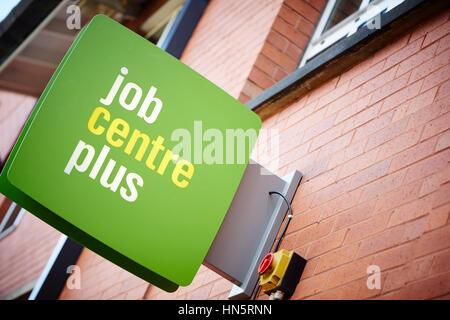 Grüne Schild an der Außenarchitektur Wand des Job Centre Plus Tür Eingang außerhalb des Büros von Dole im Didsbury, - Stockfoto