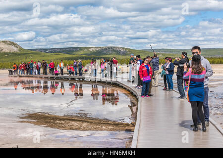 Yellowstone-Nationalpark, USA - 17. Mai 2016: Touristen fotografieren vom Boardwalk in Grand Prismatic Spring im - Stockfoto