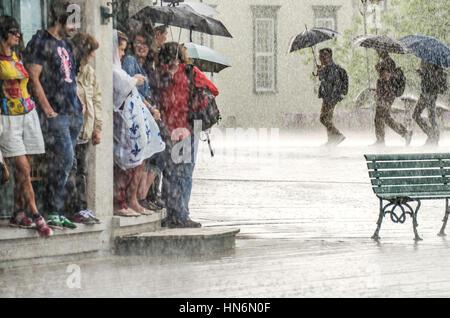 Quebec Stadt, Kanada - 27. Juli 2014: Eine Gruppe von Menschen verstecken von starkem Regen unter einem Gebäude - Stockfoto