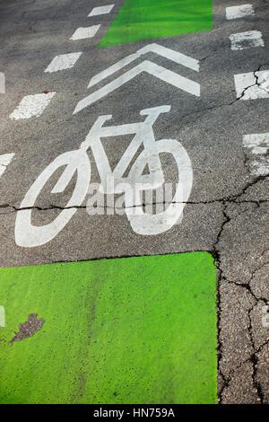 Fahrrad Zeichen pocht auf Fahrbahn - Stockfoto