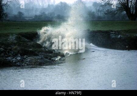 Flutwelle bricht entlang Ufer werfen Schutt in die Luft über den Fluss Severn - Stockfoto