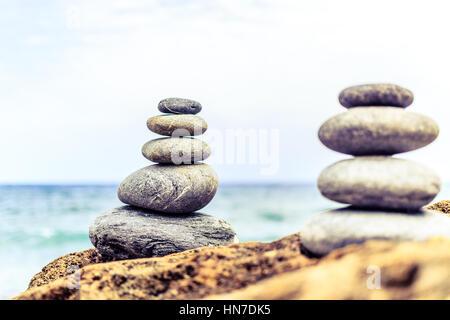 Steinen Balance und Wellness Retro-Spa-Konzept, Inspiration, Zen-artiges und Wohlbefinden ruhigen Komposition. Nahaufnahme - Stockfoto