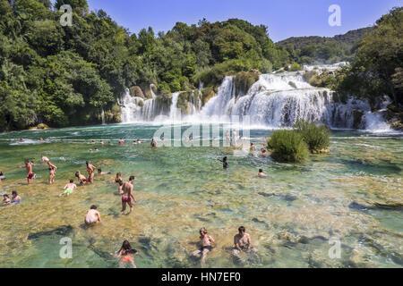 KRKA Nationalpark, Kroatien - 10. Juli 2016: Viele Touristen Schwimmen im Fluss Krka im Krka Nationalpark in Kroatien. - Stockfoto