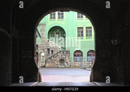 Blick durch den modernen Bogen in Augsburg, Deutschland - Stockfoto