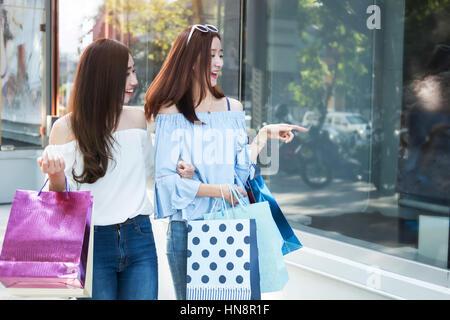 zwei junge glücklich asiatische Frauen einkaufen Outdoor-Shopping-Mall in einem Urlaub, Vintage-Ton. - Stockfoto