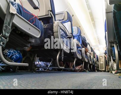 Blick hinunter den Gang in die Kabine ein Passagierflugzeug während des Fluges. - Stockfoto
