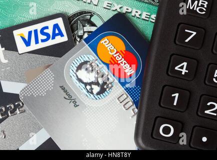 Nahaufnahme von Kredit-und Debitkarten ausgestellt von drei großen Marken VISA, American Express und MasterCard - Stockfoto