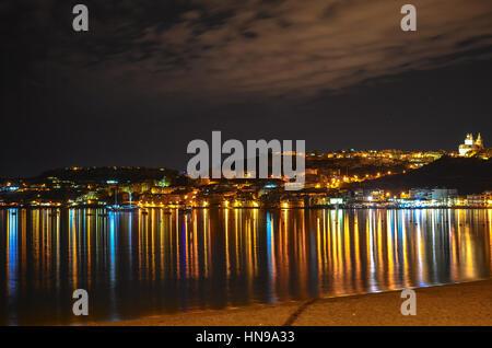 Mellieha Bay in Malta schimmernd an der Mittelmeerküste - Stockfoto