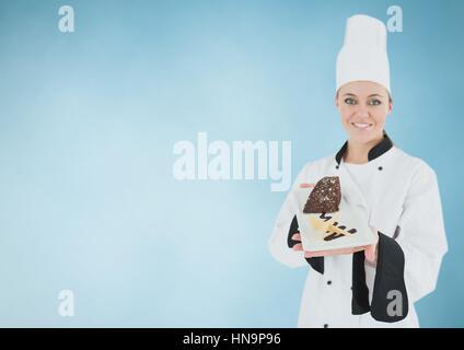 Digitalen Verbund von Koch mit Kuchen Scheibe vor blauem Hintergrund - Stockfoto