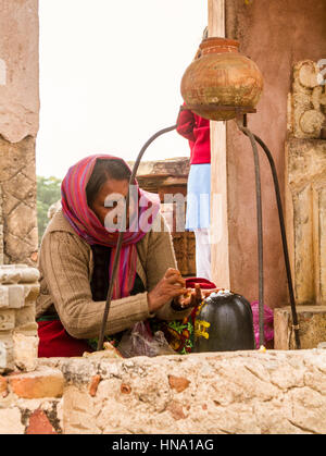 Abhaneri, Indien, 21. Januar 2017 - A Hindu-Frau verehren einen Shiva Lingam im Harshat Mata Tempel von Abhaneri, - Stockfoto