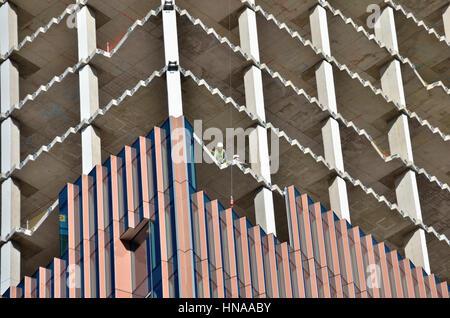 Nahaufnahme eines Bürogebäudes im Bau zeigt Kern und Verkleidungen.