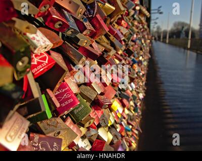 CopyMany bunte Liebe Schlösser und Weg auf Hohenzollern Eisenbahn Brücke in Köln, begrenzte selektive Focusright: - Stockfoto