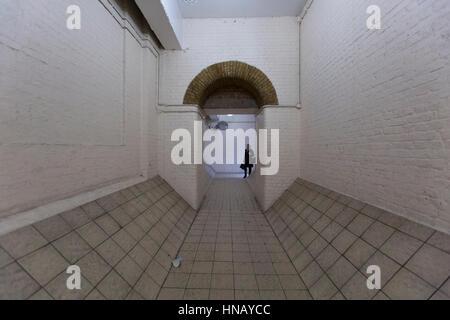 Ansicht der Personentunnel in Richtung Rückseite des Bahnhofs Charing Cross, London. - Stockfoto