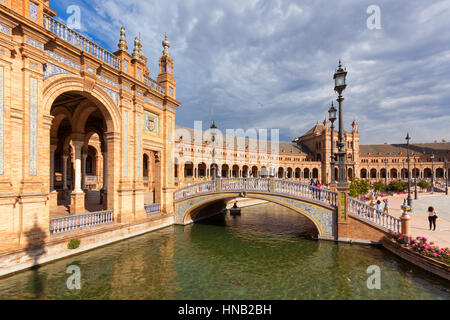 Sevilla, Spanien - 30. April 2016: Plaza de Espana, Blick von einer Brücke über den Kanal. Touristen besuchen den - Stockfoto