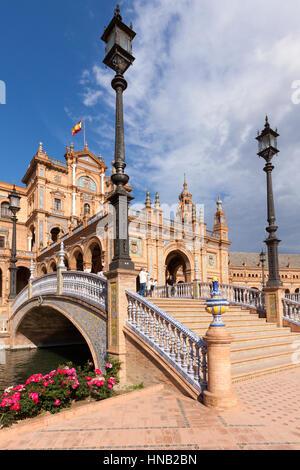 Sevilla, Spanien - 30. April 2016: Plaza de Espana, Ansicht unter einer Brücke über den Kanal vor Mittelteil des - Stockfoto