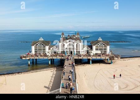 Sellin, Deutschland - 22. September 2016: Touristen in dem alten Pier am Strand Ostsee auf der Insel Rügen. - Stockfoto