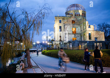 Atomic Bomb Dome (Gembaku), im Motoyasugawa Fluss, Friedenspark, Hiroshima, Japan - Stockfoto