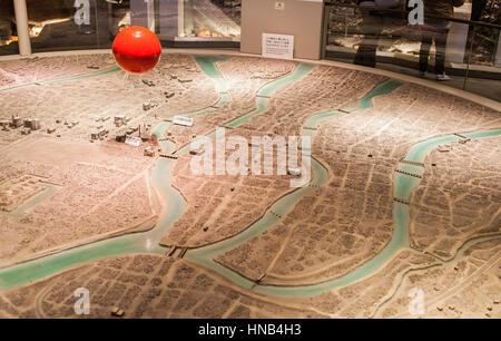 Die rote Kugel zeigt das Hypozentrum in einer Stadt Karte, Hiroshima Peace Memorial Museum, Hiroshima, Japan - Stockfoto