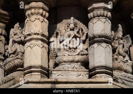 Steinschnitzereien von Hindu-Götter und Nymphen auf der Außenseite eines Tempels in Bhaktapur, Kathmandu - Stockfoto
