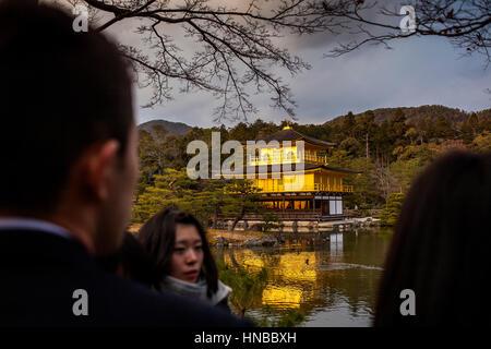 Touristen, Touristen, Besucher, Besucher, Kinkakuji Tempel, zum Goldenen Pavillon, Weltkulturerbe der UNESCO, Kyoto, - Stockfoto