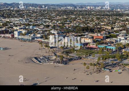 Los Angeles, Kalifornien, USA - 17. Dezember 2016: Aerial Venice Boardwalk und Strand an der Südküste von Kalifornien. - Stockfoto