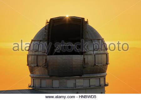 Sonnenuntergang auf dem Roque de Los Muchachos Observatorium auf 2400 Meter über dem Meeresspiegel. Das Gran Telescopio - Stockfoto