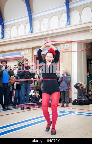 "Blackpool, Lancashire. 11. Februar 2017.  Frau Polly Hoops öffnet die fabelhafte ""Showzam""-Festival mit ihrer fünf - Stockfoto"
