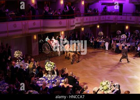 New York, Vereinigte Staaten von Amerika. 10. Februar 2017. Ein paar Eingabe des Ballsaals über Pferd Kutsche zu - Stockfoto