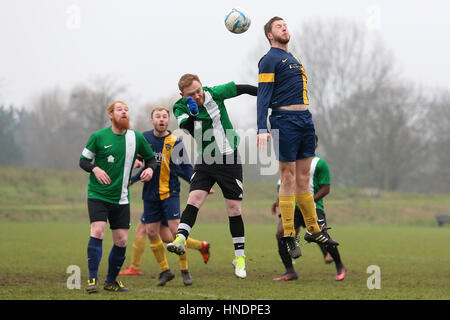 Bocca Albion (blau/gelb) Vs FC BKT Hackney & Leyton Sunday League Junior Cup Halbfinale Football in Hackney Sümpfe - Stockfoto