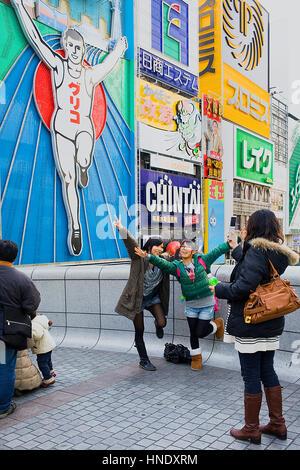 Menschen posieren mit animierten Figur im Ebisu Baschi zu überbrücken, Dotombori, Osaka, Japan, Asien, Osaka, Japan, - Stockfoto