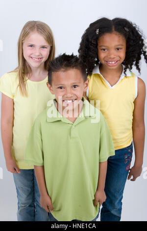 Glücklich vielfältige Gruppe von Kinder isoliert auf weiss. - Stockfoto
