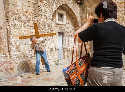 Touristen, Scherz, in der Grabeskirche, die auch die Kirche der Auferstehung, Christian Quarter, Altstadt, Jerusalem, - Stockfoto
