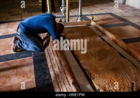 Menschen Sie beten, Stein der Salbung, Kirche des Heiligen Grabes auch die Kirche der Auferstehung, Christian Quarter, - Stockfoto