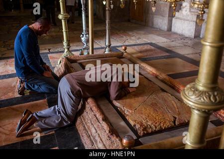Männer beten, Stein der Salbung, bezeichnet Kirche des Heiligen Grabes auch die Kirche der Auferstehung, Christian - Stockfoto