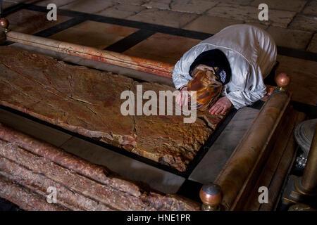 Frau beten, Stein der Salbung, Kirche des Heiligen Grabes genannt auch die Kirche der Auferstehung, Christian Quarter, - Stockfoto