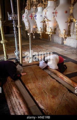 Frauen beten, Stein der Salbung, Kirche des Heiligen Grabes genannt auch die Kirche der Auferstehung, Christian - Stockfoto