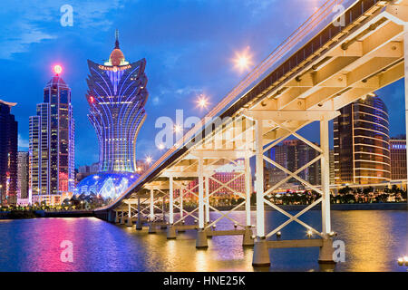 Die Skyline der Stadt mit Bank of China Building, Grand Lisboa Hotel-Casino und Andelsbuch Nobre de Carvalho Bridge, - Stockfoto