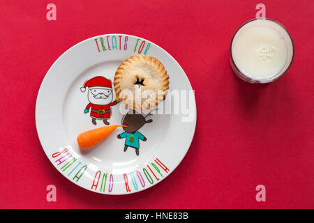 M&S Weihnachten alle Butter Kuchen mit Karotte auf festliche Weihnachten Teller und Glas Milch Hackfleisch als Leckereien - Stockfoto