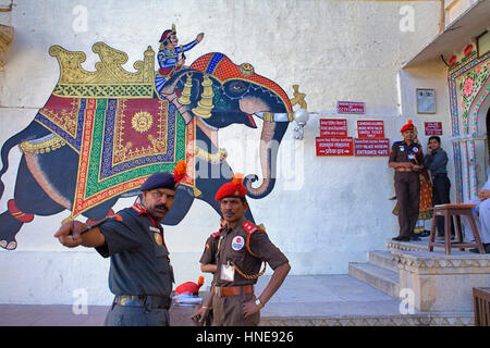 Wachen, Stadtschloss, Gemälde an der Wand am Eingang des Palastes, Udaipur, Rajasthan, Indien - Stockfoto