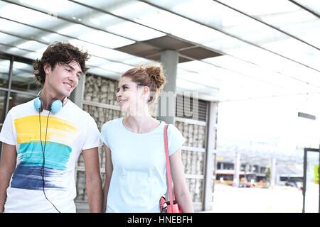 Lächelnde paar sahen einander während des Gehens in Stadt - Stockfoto