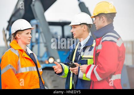 Arbeitnehmer im Frachthafen diskutieren - Stockfoto