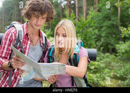 Junge Paar lesen wandern Karte zusammen in den Wald - Stockfoto