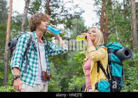 Junge Wandern paar trinken Energie Getränke im Wald Stockfoto, Bild ...