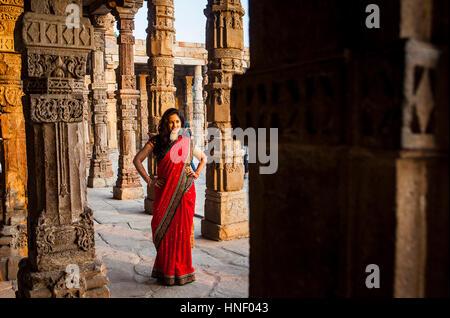 Besucher in Qutub Minar-Komplex, Delhi, Indien - Stockfoto