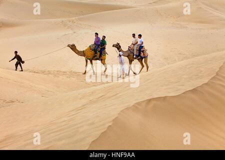 Touristen, Kamelreiten auf Sam Dünen im Desert National Park in den großen Thar Wüste, in der Nähe von Jaisalmer, - Stockfoto