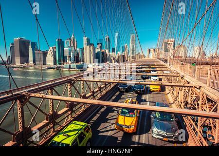 Verkehr auf der Brooklyn Bridge in New York City, Amerika - Stockfoto