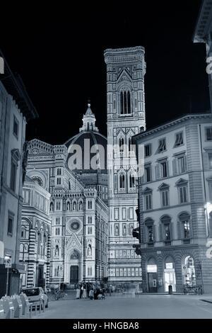 Dom Santa Maria Del Fiore in Florenz Italien Straßenansicht in der Nacht. - Stockfoto