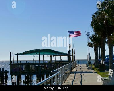 Amerikanische Flagge an den Docks weht eine steife Brise, Cedar Key, Florida, USA - Stockfoto