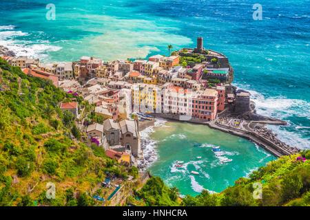 Schöne Luftaufnahme von der malerischen Stadt von Vernazza, eines der fünf berühmten Fischer Dörfer der Cinque Terre, - Stockfoto