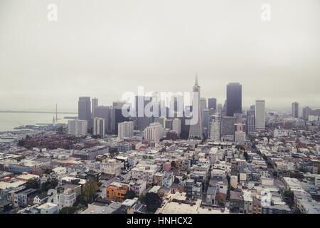 Klassische Panoramablick auf die Skyline von San Francisco im Sommer mit berühmten San Francisco Nebel Rollen gesehen - Stockfoto